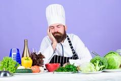 vitamine het keukengerei van het mensengebruik Gezonde voedsel en vegetari?r Het op dieet zijn met natuurvoeding Verse product-gr royalty-vrije stock afbeelding