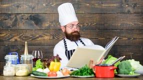 vitamine het keukengerei van het mensengebruik Professionele chef-kok in eenvormige kok Het op dieet zijn met natuurvoeding Verse stock foto