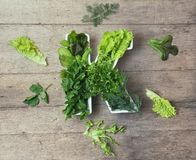 Vitamine K dans le concept de nourriture Plat sous forme de lettre K avec différents légumes verts feuillus frais De la laitue et image stock