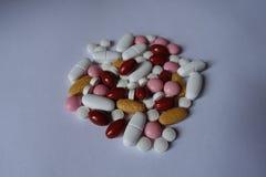 Vitamine K, multivitamins, xylitol, luteïne, calciumpillen in een hoop royalty-vrije stock foto's