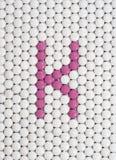 Vitamine K van pillen wordt gemaakt die Stock Fotografie