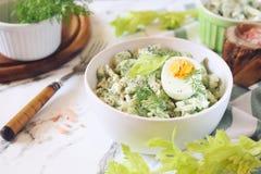 Vitamine lichte salade met dille, selderie, eieren en Griekse yoghurt stock afbeelding