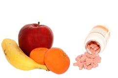 Vitamine - naturali contro artificiale Immagini Stock