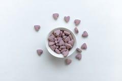 Vitamine rosse dei cuori in una tazza Fotografia Stock Libera da Diritti