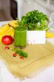Vitamine smoothie in het servet van het glaslinnen op de keukenlijst Het gezonde Eten Reinigende Cocktail detox Royalty-vrije Stock Foto's