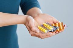 Vitamine und Ergänzungen Nahaufnahme der weiblichen Hand Vielzahl von bunten Pillen auf Palme halten Nahaufnahme des Frauen-Finge stockbild