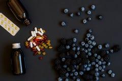 Vitamine und Ergänzungen von den Blaubeeren Gesunde Vision der pharmazeutischen Sorgfalt Biologisch-aktive Ergänzung für gesunde  lizenzfreies stockfoto