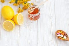 Vitamine und Pillen Honig und Zitronen Platz für Text Konzept IL Stockfotos