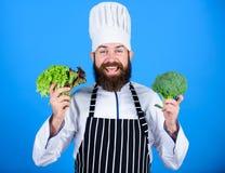 vitamine vaisselle de cuisine d'utilisation d'homme Nourriture et v?g?tarien en bonne sant? Aliment biologique suivant un r?gime  photo libre de droits