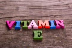 Vitaminee woord van houten brieven wordt gemaakt die stock afbeeldingen