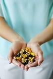 Vitaminen en supplementen Het Hoogtepunt van vrouwenhanden van Medicijnpillen Royalty-vrije Stock Foto