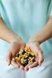 Vitaminen en supplementen Het Hoogtepunt van vrouwenhanden van Medicijnpillen Royalty-vrije Stock Afbeeldingen