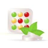 Vitaminen, kruidentabletten, en groen blad Stock Fotografie