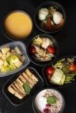 Vitaminen, macronutrients en mineralen in juiste voeding, uitgebalanceerd dieet in de containers van het ecovoedsel stock afbeelding