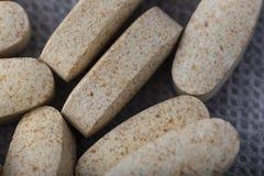 Vitaminen in ovale capsules royalty-vrije stock foto