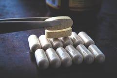 Vitaminen in ovale capsules royalty-vrije stock fotografie