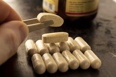 Vitaminen in ovale capsules royalty-vrije stock foto's