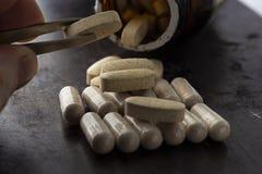 Vitaminen in ovale capsules stock foto