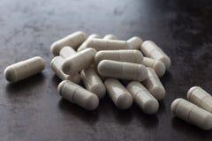 Vitaminen in ovale capsules stock foto's