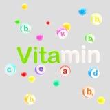 Vitaminenwoord dat met pillen en tabletten wordt omringd Stock Foto