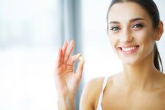 vitaminer äta som är sunt Lycklig flicka med olja för fisk Omega-3 Capsu royaltyfri bild
