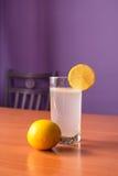 Vitaminer i exponeringsglas av lemonad Royaltyfri Foto