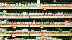 Vitaminer och tillägg på hyllor Arkivbild
