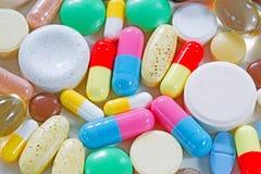 Vitaminer, omega 3, fiskleverolja, diet-tillägg och minnestavlor Arkivfoto