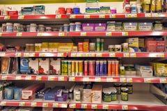 Vitaminer på supermarkethyllor Royaltyfria Foton