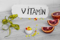 vitamines et fruits de pilules Photographie stock libre de droits