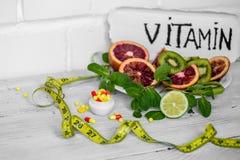 vitamines et fruits de pilules Photos libres de droits