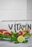 vitamines et fruits de pilules Images stock