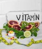 vitamines et fruits de pilules Photographie stock