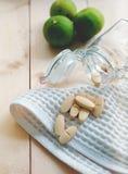 Vitamines et suppléments dans la bouteille sur la table en bois image libre de droits