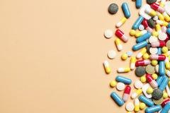 Vitamines multicolores sur un fond rose photos libres de droits