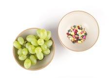 Vitamines ou pillules ? Photographie stock libre de droits