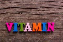 Vitaminewoord van houten brieven wordt gemaakt die stock fotografie
