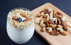 Vitaminfrühstücks-Jogurtcocktail Stockbilder