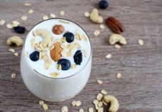 Vitaminfrühstücks-Jogurtcocktail im Glas Lizenzfreies Stockfoto