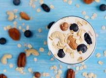 Vitaminfrühstücks-Jogurtcocktail im Glas Stockbilder