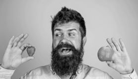 Vitaminfrucht-Nahrungskonzept N?hrendes Vitamin des Gesundheitswesens Frucht und Beere in der Handgesunden Alternative Fr?chte od lizenzfreies stockbild