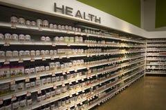 Vitaminhälsa, shoppar hyllor farmaceutiska produkter Arkivbilder