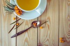 Vitaminic te med hav-buckthornen på den träbästa sikten för tabell Royaltyfri Bild