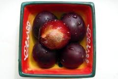 Vitaminisierte schöne saftige natürliche süße Pflaume in unterhaltender quadratischer Platte auf einem weißen Hintergrund Lizenzfreie Stockbilder