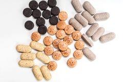 Vitaminkapslar, preventivpillerar och minnestavlanärbild Royaltyfri Foto