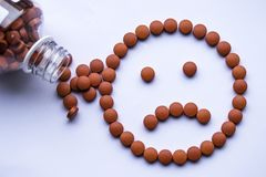 Vitaminmedizinnehmen trödelt Gesundheitsrisiko-Krankheitsrotpillen lizenzfreies stockbild