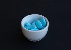 Vitaminpillen auf einem schwarzen Hintergrund Stockfoto