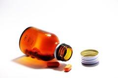 Vitaminpreventivpillerar och flaska Arkivfoton