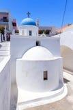 Vitkyrka av den Fira townen på den Santorini ön Arkivfoton