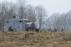 Vitarmégeneral Yudenich, med servicen av den tyska pansarbilen Erhard i attacken Arkivbilder